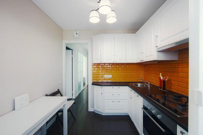 plan de travail noir laminé à l'intérieur de la cuisine