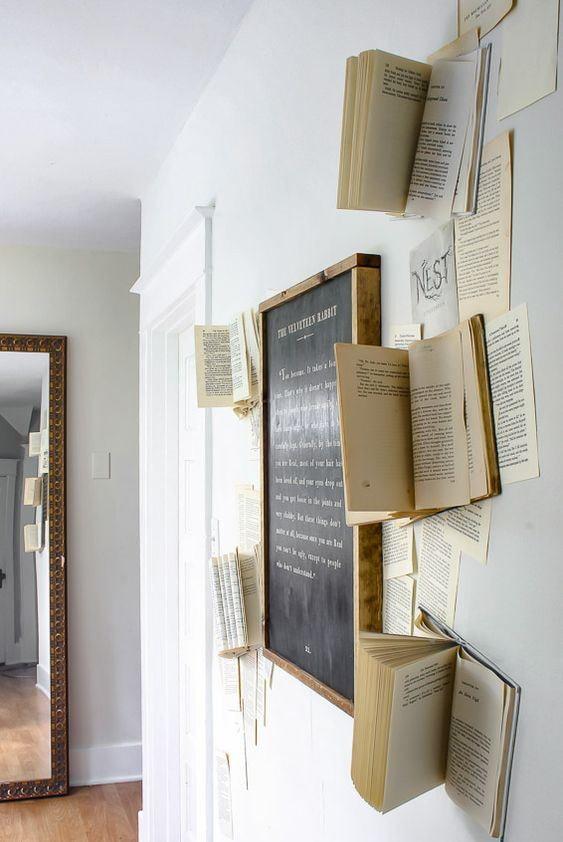 Tableau noir entouré de livres