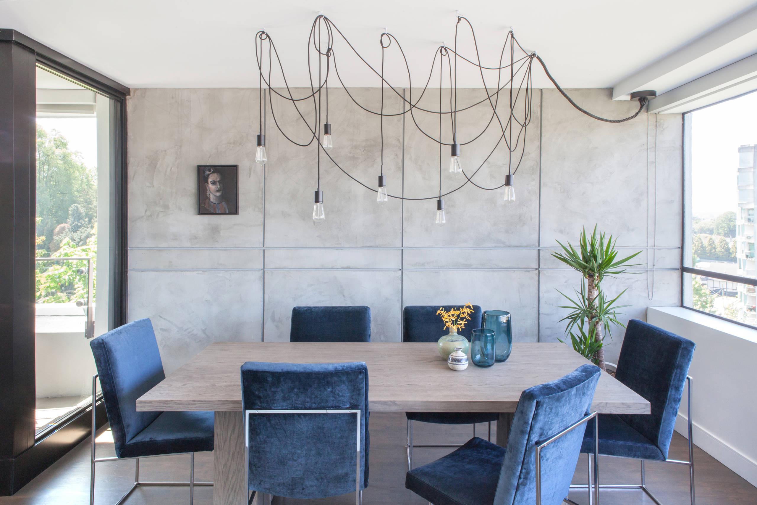Salle à manger spacieuse aux murs décorés de papier peint imitant le béton, ce qui ne crée pas de stress inutile à l'intérieur et rend la pièce lumineuse