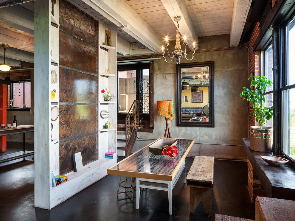Cuisine avec petit coin repas de style loft.  Sur la photo, vous pouvez voir comment la maçonnerie et le papier peint imitation béton avec un motif massif sont harmonieusement combinés