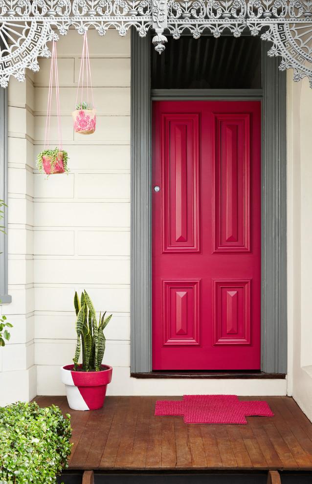 La porte d'entrée ne doit jamais être laissée en désordre.  Pour un bon équilibre des différentes origines, il est recommandé de peindre la porte en rouge et/ou d'installer des ferrures dorées.  Pour une porte plein sud, le rouge est idéal ; pour le reste du monde, laissez-vous guider par les couleurs de leurs éléments.
