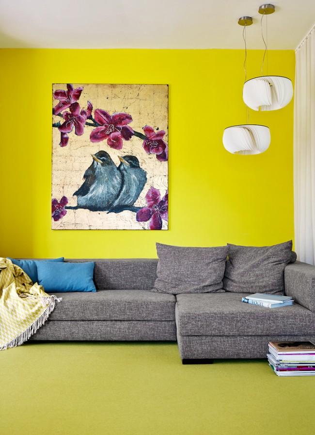 Le jaune vif (ou Minghuang dans la tradition chinoise) est la couleur des éléments de la Terre.  Sa place dans l'espace est le centre de n'importe quelle pièce.  Combinaison favorable : deux rouges, un jaune (le Feu nourrit la Terre).  Défavorable - deux verts, un jaune (L'arbre supprime la Terre)