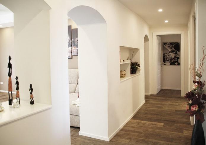arches de cloison sèche à l'intérieur du couloir