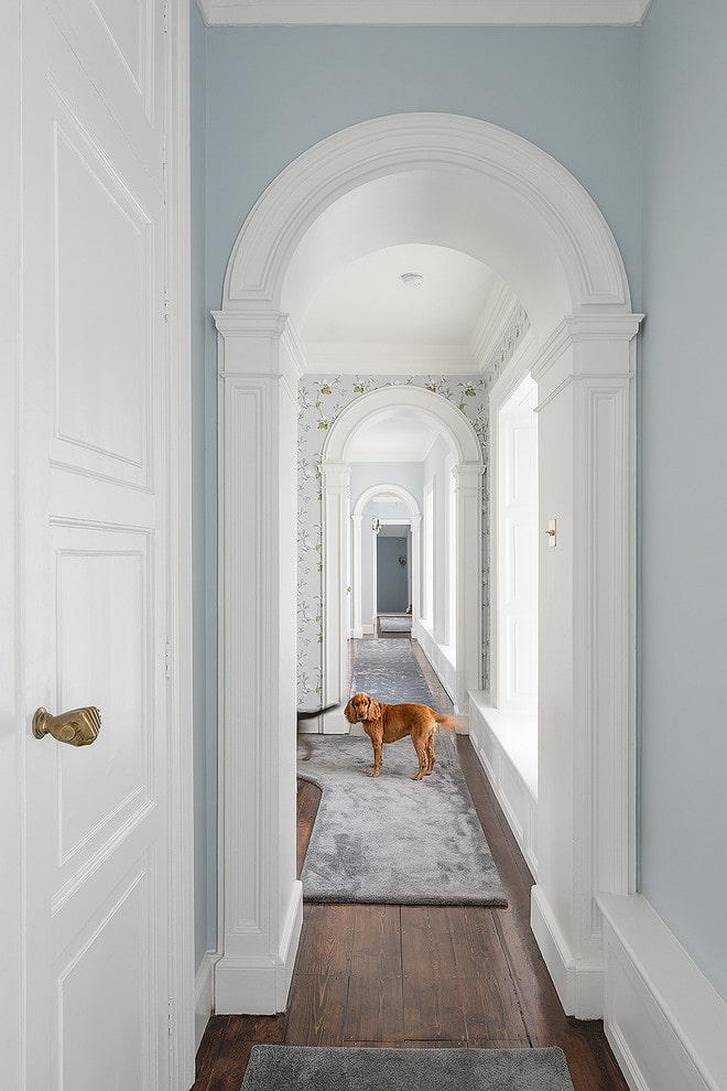 arches à l'intérieur d'un long couloir