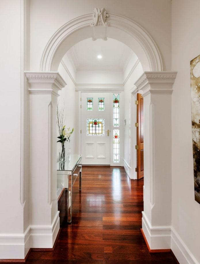 arc en stuc à l'intérieur du couloir