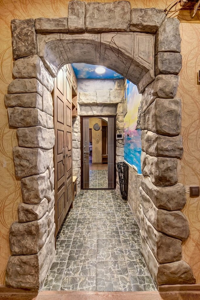 arc avec pierre décorative à l'intérieur du couloir