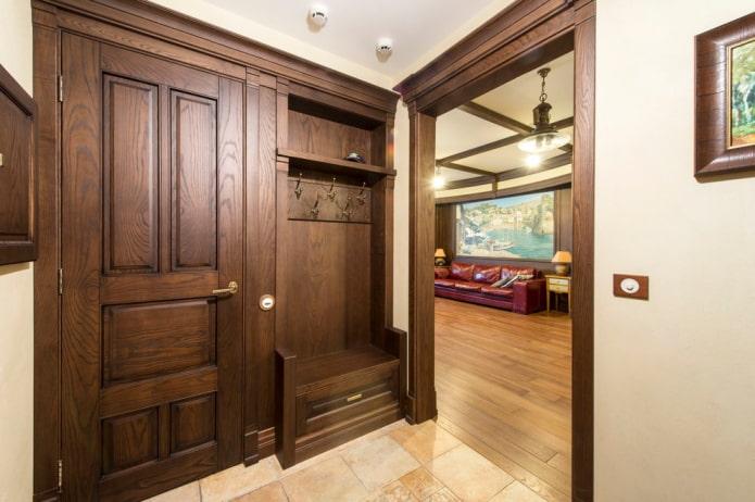 arche en bois à l'intérieur du couloir
