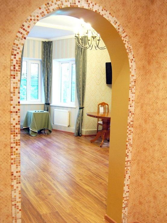 arc avec des mosaïques à l'intérieur du couloir