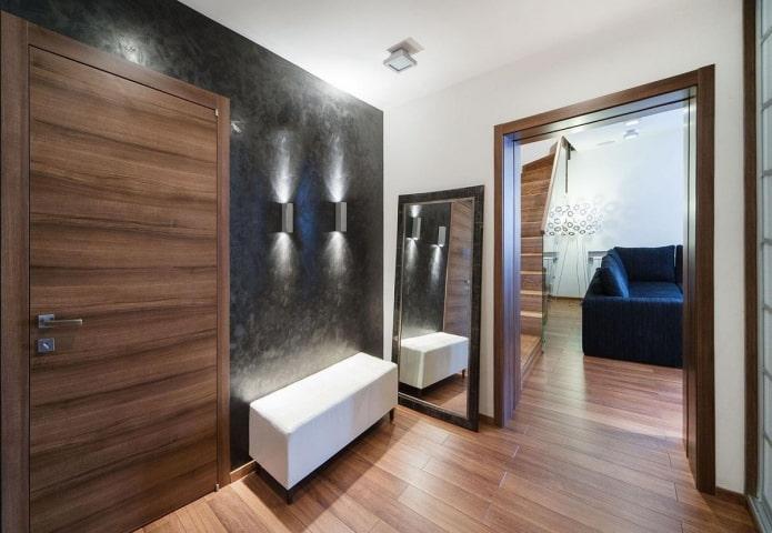 arc avec garniture en bois à l'intérieur du couloir