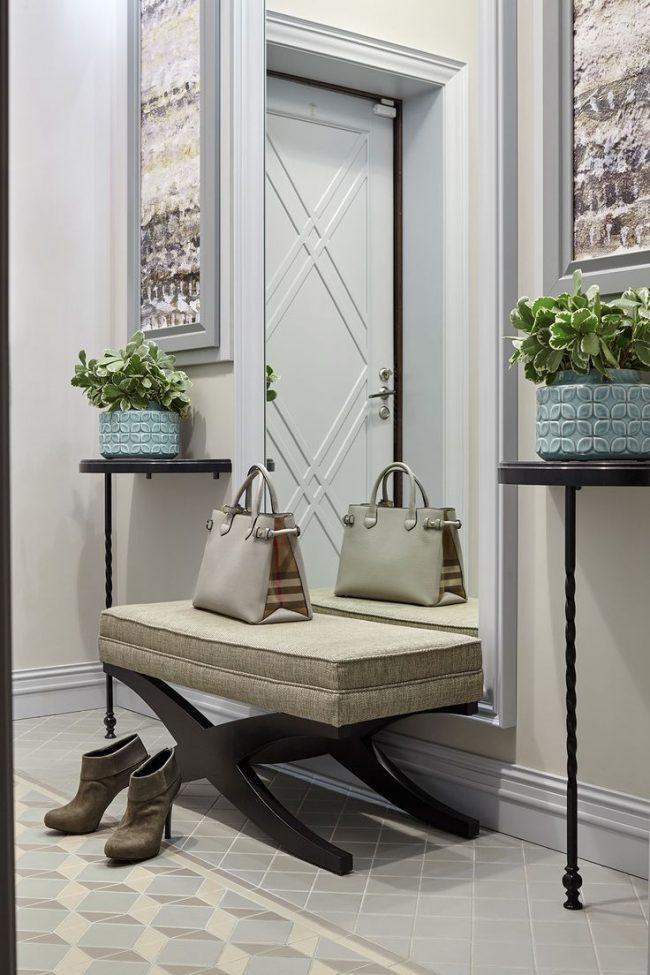 Un miroir pleine longueur est parfait pour un couloir étroit