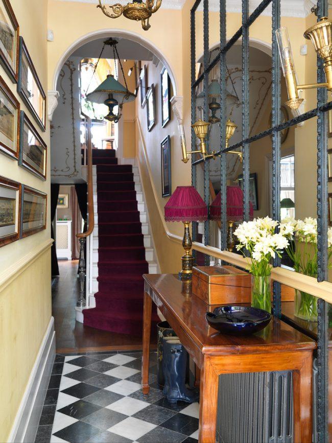 Intérieur classique d'un couloir étroit avec un grand miroir, divisé en modules