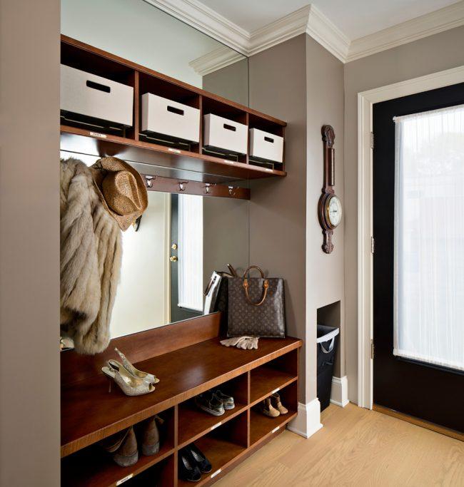 Grand miroir intégré au meuble du couloir