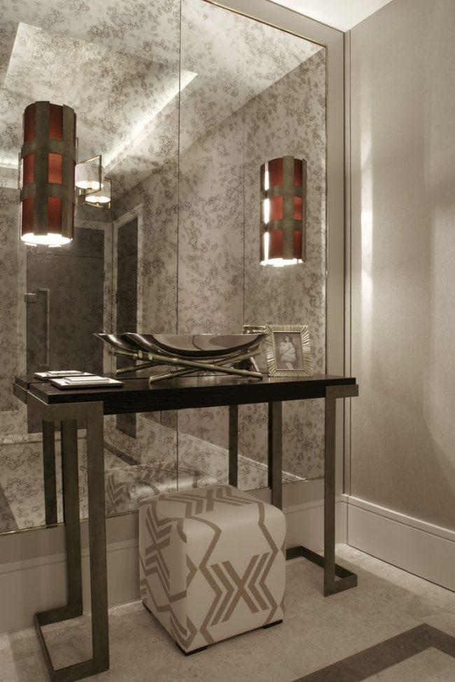 L'intérieur classique est décoré d'un miroir mural au sol