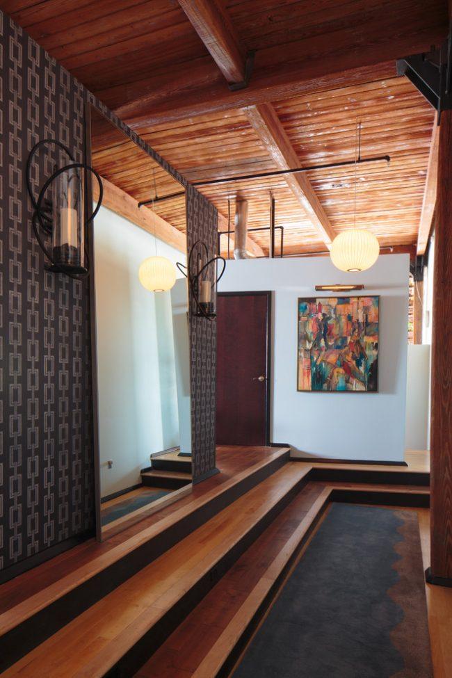 Un exemple illustratif d'installation d'un miroir dans le couloir sur le sol en légère pente