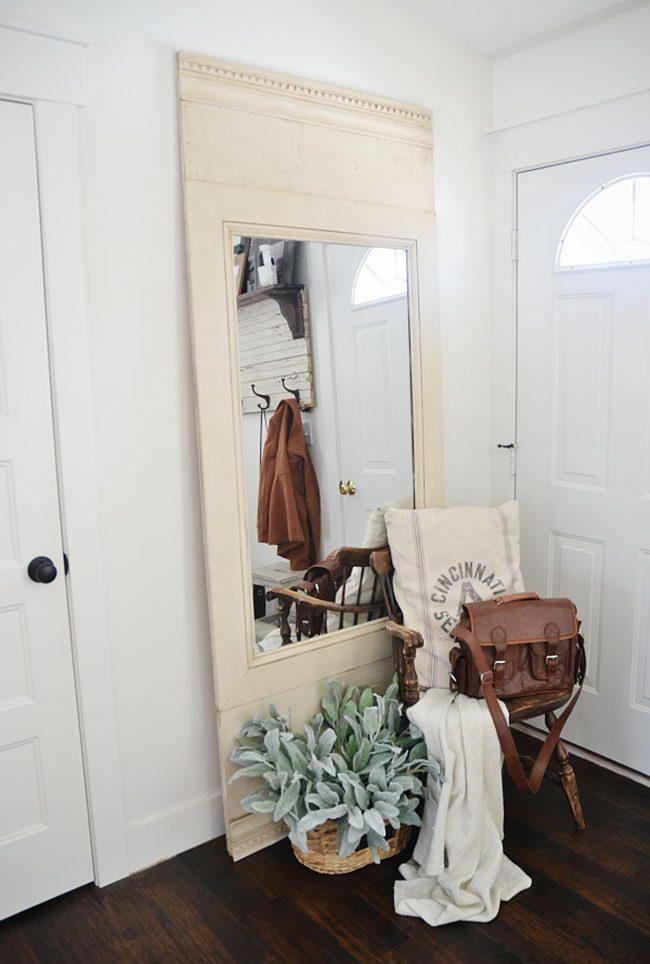 Petit couloir avec un miroir au sol dans un cadre léger