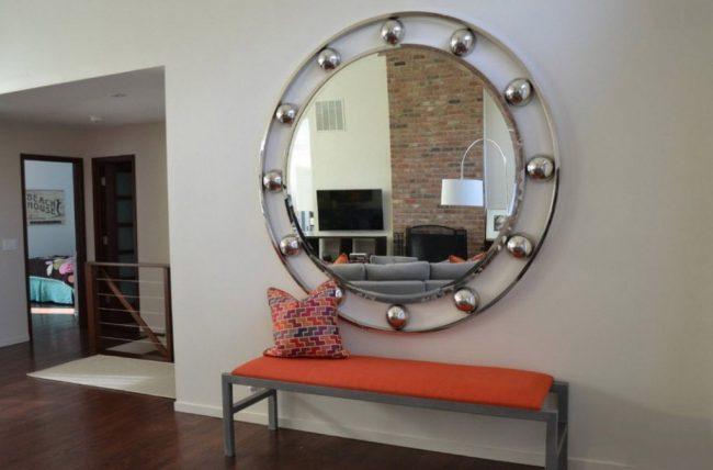 Miroir rond raffiné dans le couloir moderne