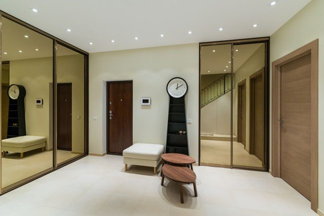 La façade miroir des armoires coulissantes dans le couloir remplacera l'accessoire autoportant