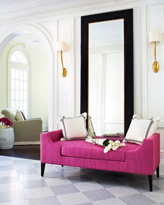 Le hall luxueux de style traditionnel sera complété par un grand miroir dans un cadre contrasté et un pouf lumineux