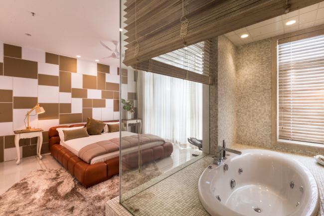 Séparation de la chambre et de la salle de bain par une cloison vitrée