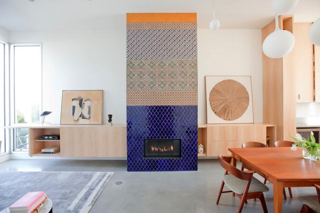 Salon spacieux décoré dans un style écologique