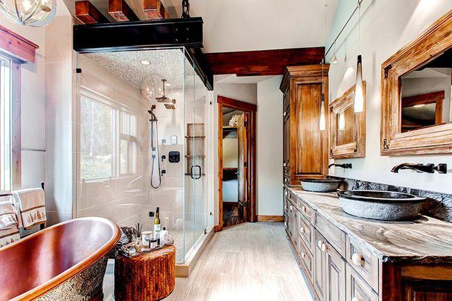 Les armoires de salle de bain sont un endroit pratique où vous pouvez stocker une grande quantité de produits cosmétiques, de lessives, de produits de nettoyage et de nettoyage.