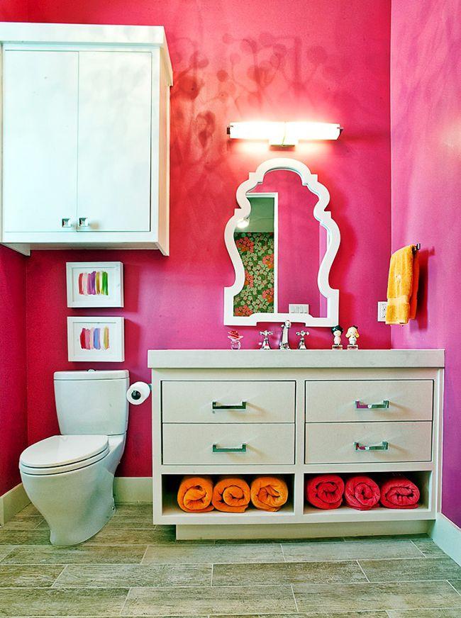 Les armoires blanches sont une bonne combinaison avec des murs de salle de bain lumineux.  Élégant et confortable