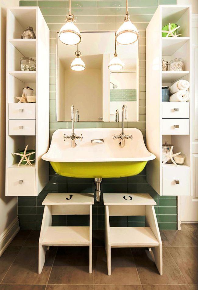 Les armoires symétriques avec étagères et tiroirs seront un bel ajout à l'intérieur général de la salle de bain et serviront également de gardiens fiables des effets personnels.