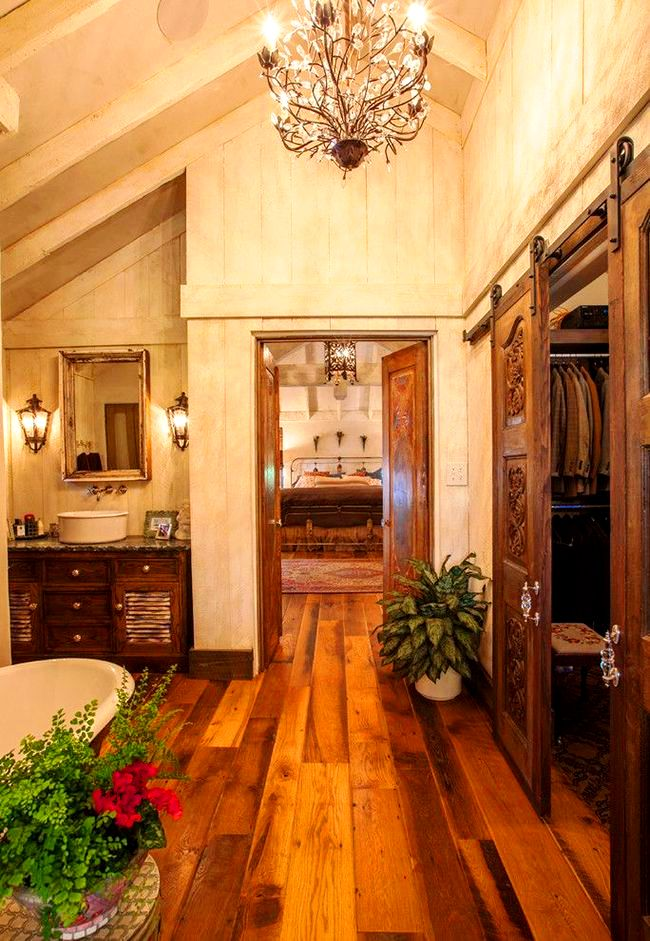 Les amateurs de style rustique apprécieront l'armoire en bois sombre qui, combinée aux détails élégants de l'intérieur de la salle de bain, souligne le goût du propriétaire