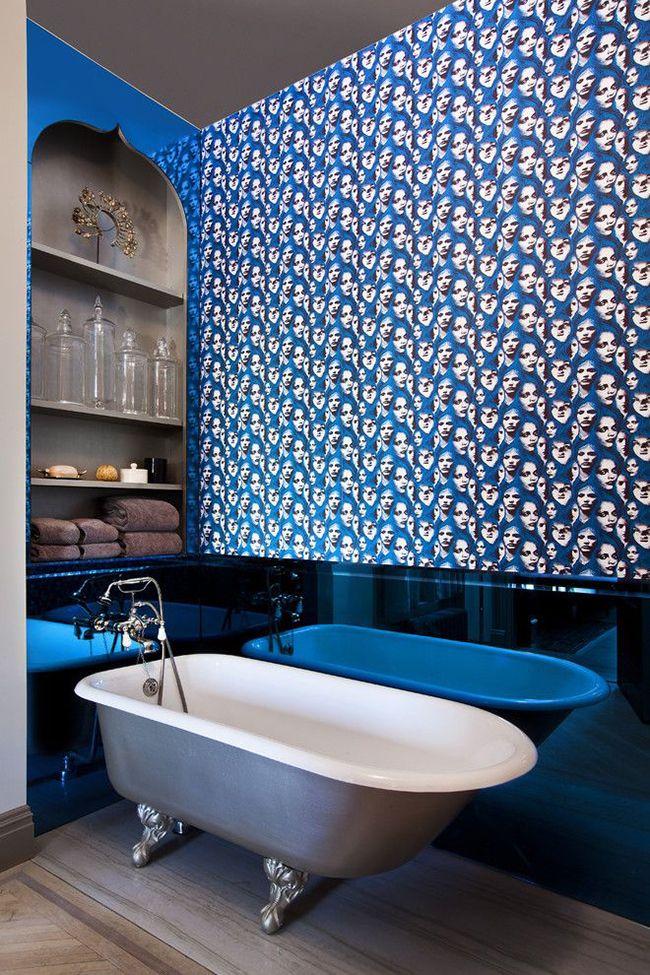 Moderne - et cela veut tout dire.  Le meuble d'une telle salle de bain correspond au style général de l'intérieur.