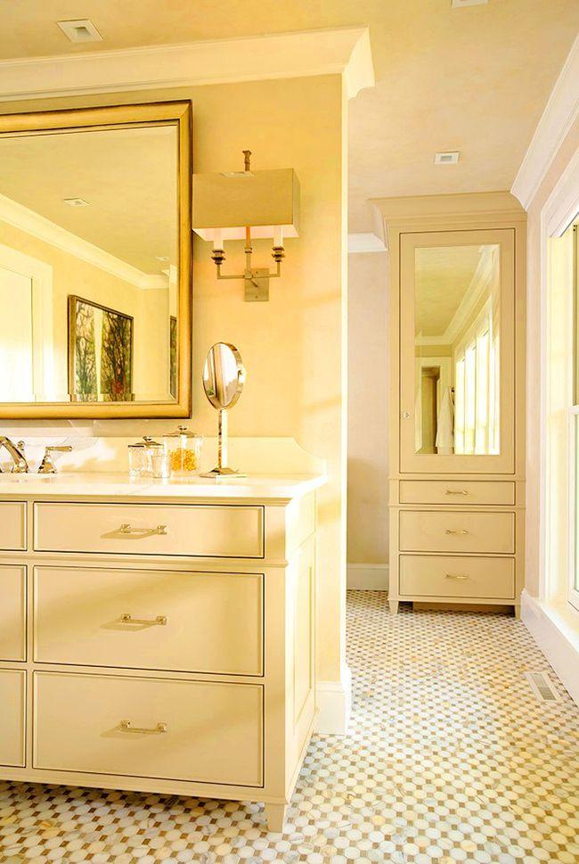 Un étui à crayons avec un miroir beige sera brillant et aristocratique dans la salle de bain