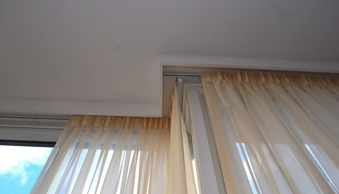 fixer des rideaux au plafond