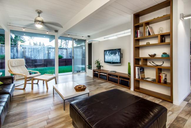 Meubles en cuir foncé dans un intérieur moderne