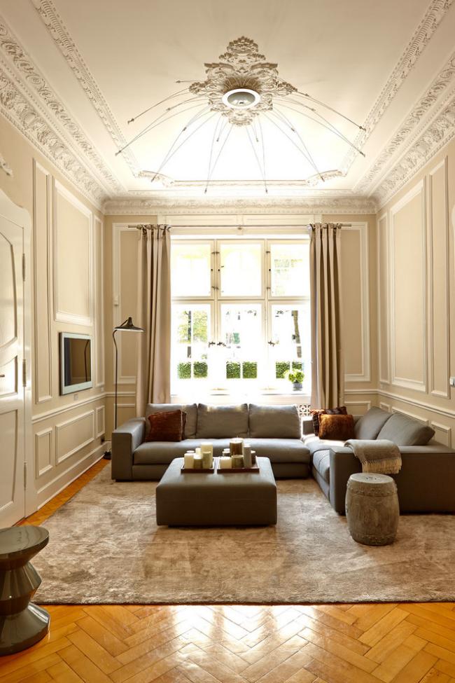Beau classique calme avec de hauts plafonds