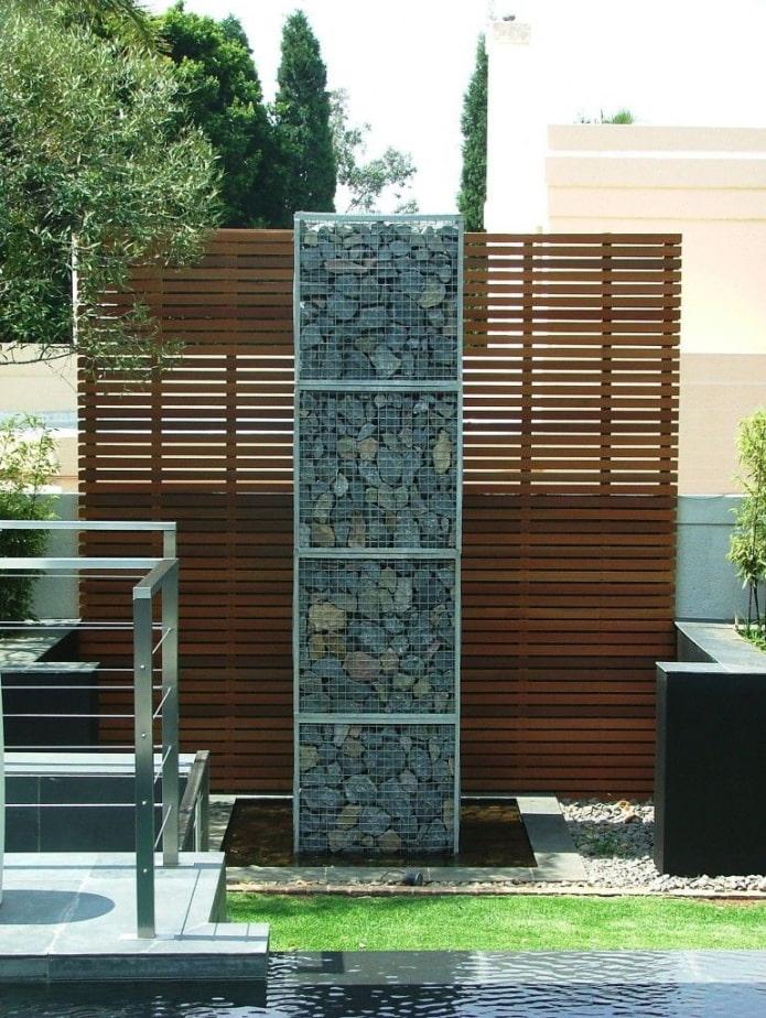 combinaison de pierre et de bois dans l'aménagement paysager