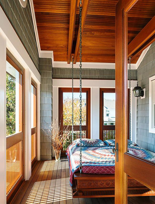 En plaçant un lit en bois suspendu dans la loggia, vous pouvez non seulement vous reposer, mais aussi admirer la nature par tous les temps