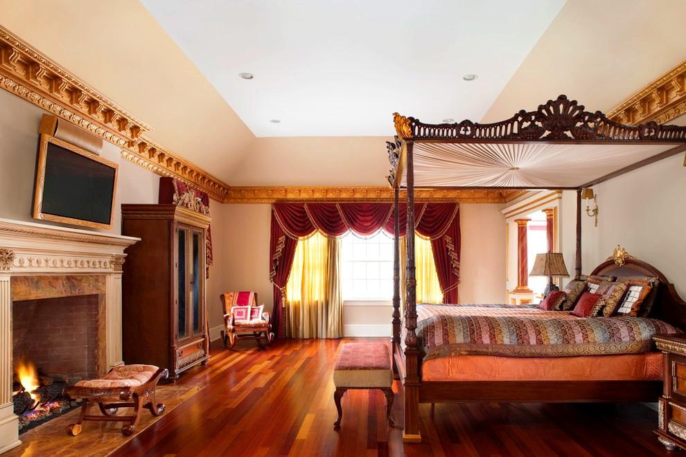 Or, velours, bois... ce lit de style classique vous replonge au 17ème siècle et vous fait vous sentir comme un vrai noble
