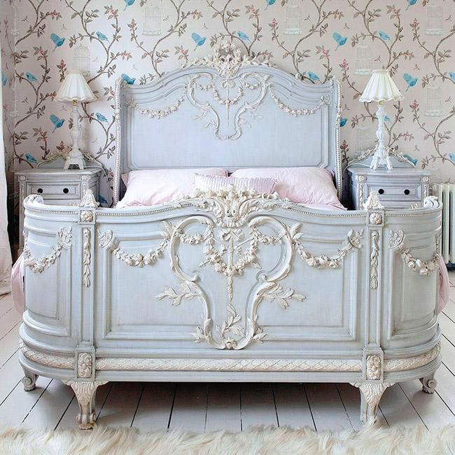 Un village français directement dans la chambre peut être créé par un lit en bois de style provençal