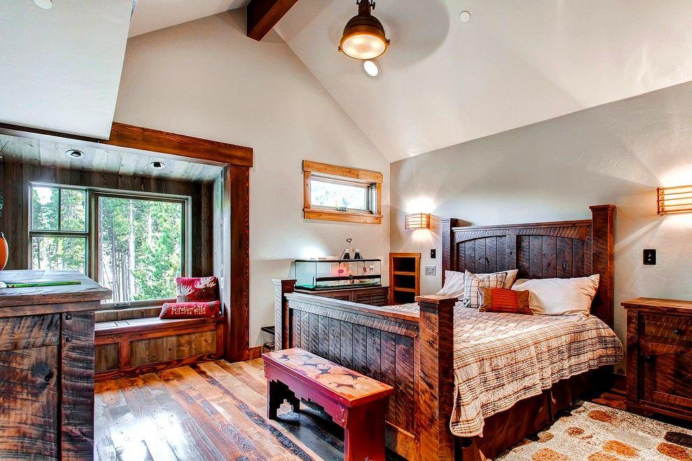 Une façon non triviale de décorer l'intérieur consiste à utiliser un lit en bois avec un ornement