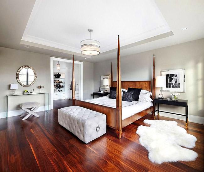 Un lit en bois avec règlement intérieur donnera à la pièce un effet de géométrie et de perspective.
