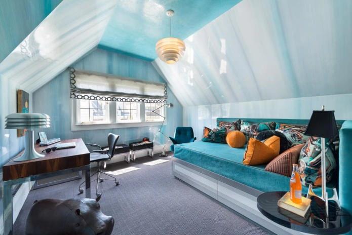l'intérieur de la chambre mansardée dans les tons bleus