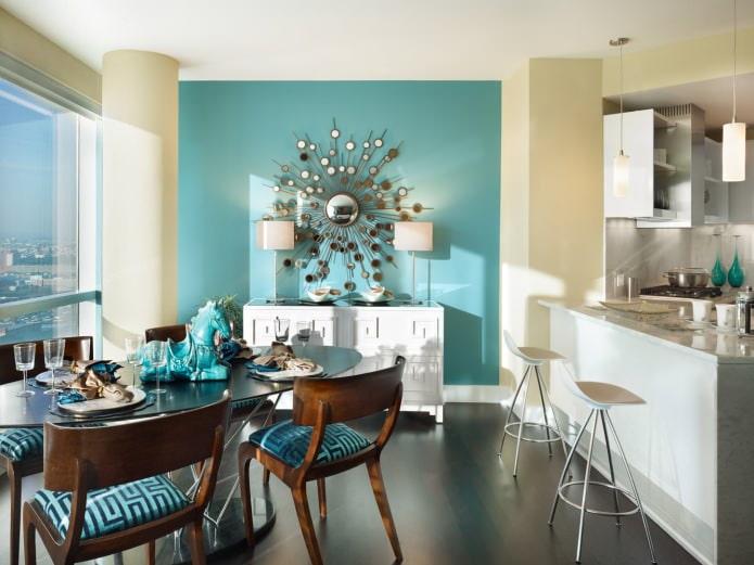 Jaune et bleu à l'intérieur de la cuisine-salle à manger avec un miroir original