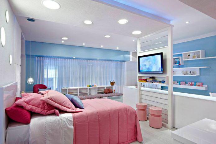 Intérieur rose et bleu d'une chambre d'enfant