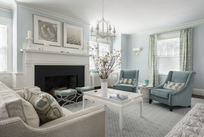 Couleur bleue à l'intérieur du salon dans un style classique