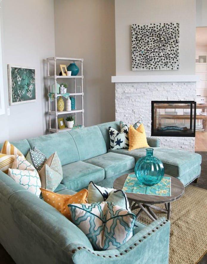 canapé bleu à l'intérieur du salon