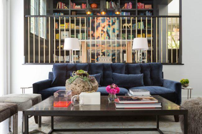 Canapé bleu foncé dans le design du salon