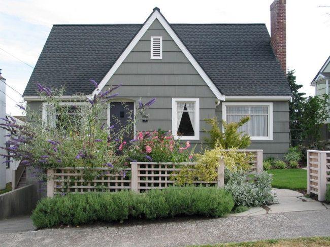 Maison de campagne en bois pour plusieurs pièces tout à fait confortable pour la vie de saison