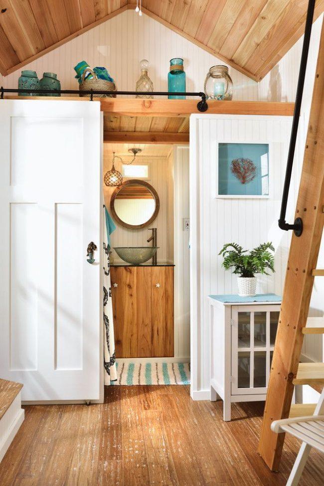 Changer de maison en bois confortable avec une méthode de montage dans un chalet d'été