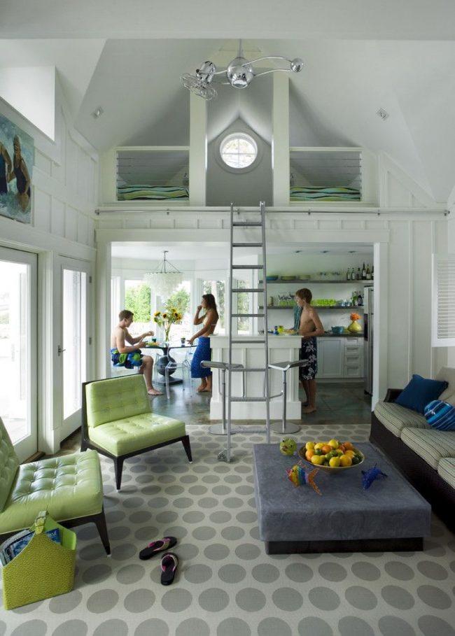 Division visuelle en plusieurs pièces dans une maison saisonnière sans murs.  Pièces principales : cuisine, salle à manger, salon, chambre