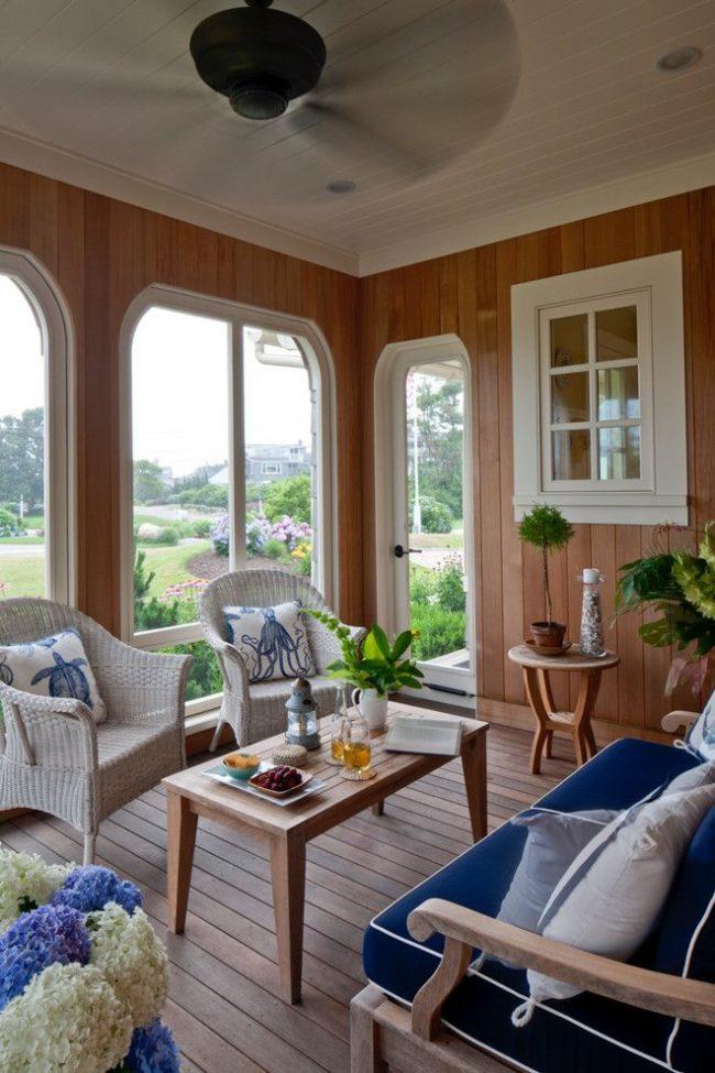 Vestiaire campagnard de deux pièces, dans lequel l'une des pièces est un salon.  Avantages d'une maison saisonnière : confort, respect de l'environnement, fonctionnalité, raffinement de la décoration intérieure et extérieure, décoration d'un chalet d'été, etc.