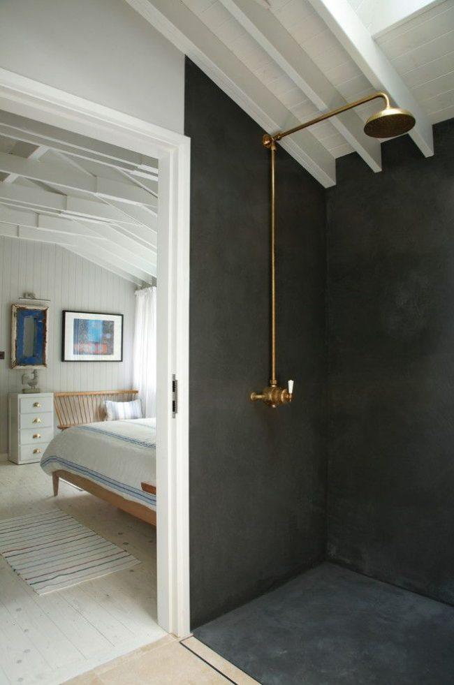Douche simple et laconique dans un vestiaire de deux pièces décoré de plâtre imperméable